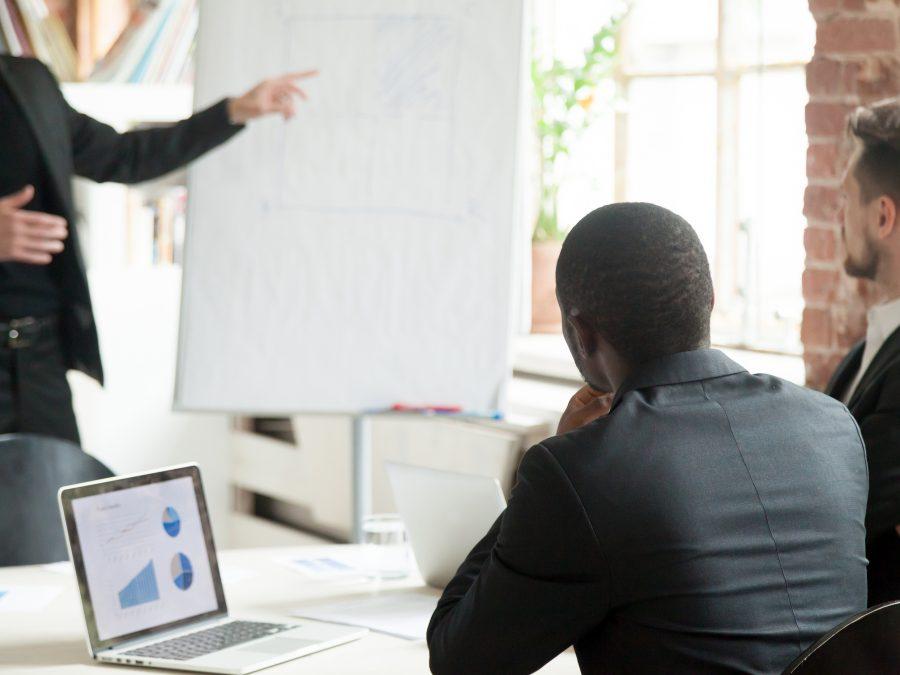 reunião entre executivos com quadro flipchart