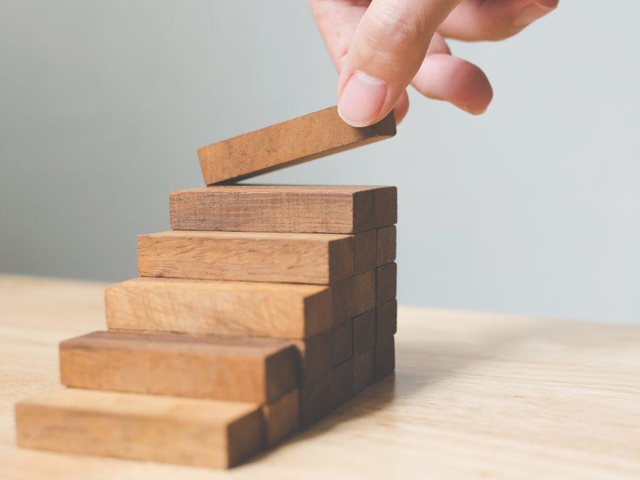 pequena escada sendo montada com blocos de madeira